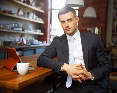 エージェントがカフェでこちらを見ている画像