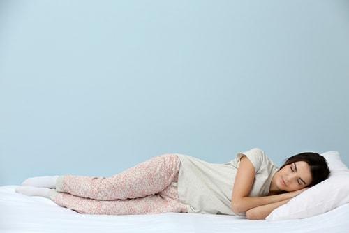 幸せそうに眠っている女性
